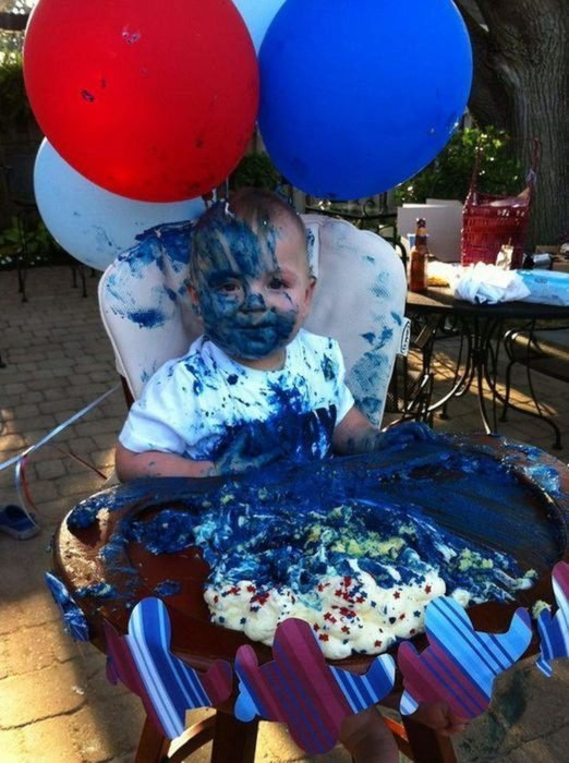 Niño lleno de pastel azul