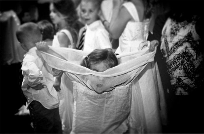 Niña juega con vestido en boda Recreoviral.com