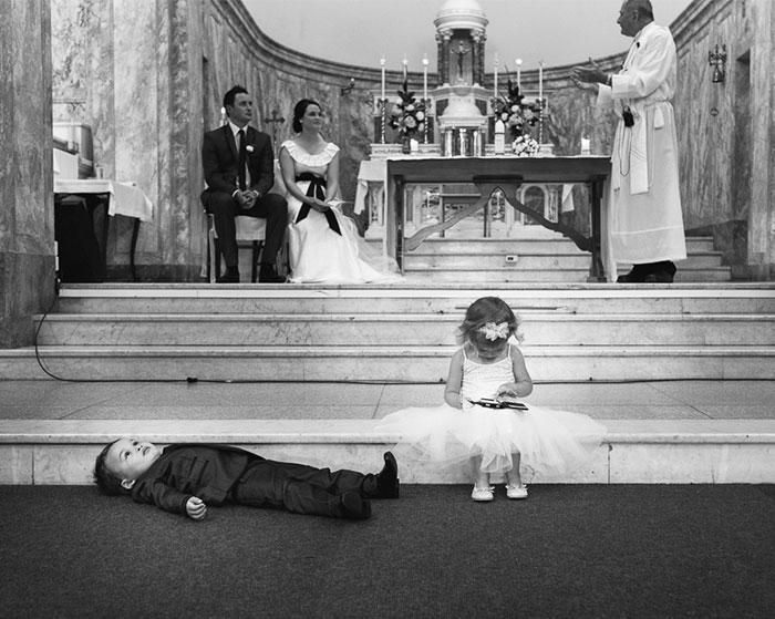 Niños aburridos en boda Recreoviral.com
