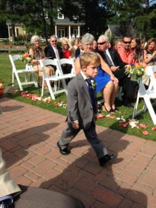 Niño paje molesto en boda Recreoviral.com