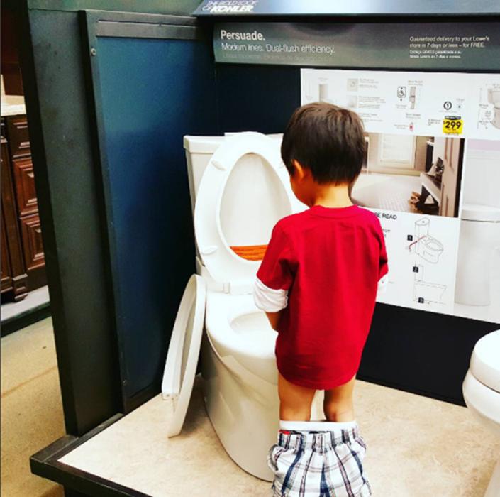 Niño hace pipí en Home Depot