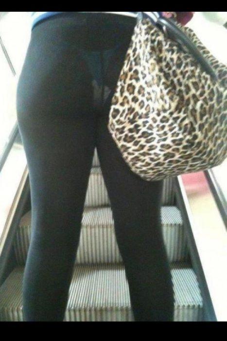 Mujer se le trasparenta la toalla
