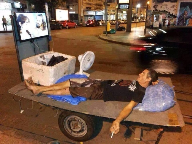 viendo tele en la calle