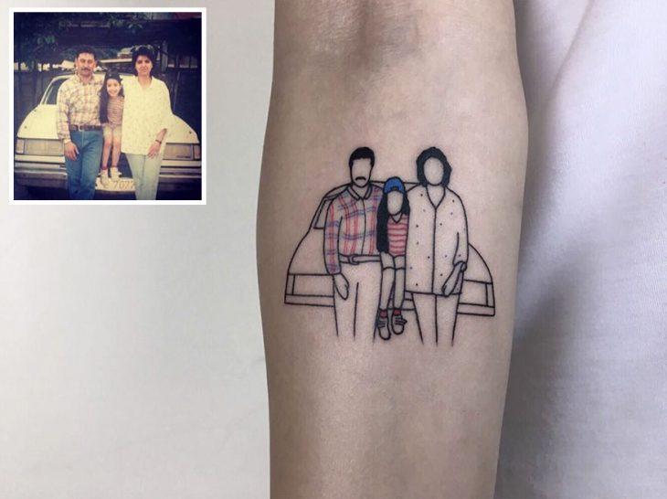 Tatuaje foto infancia - familia frente a un coche