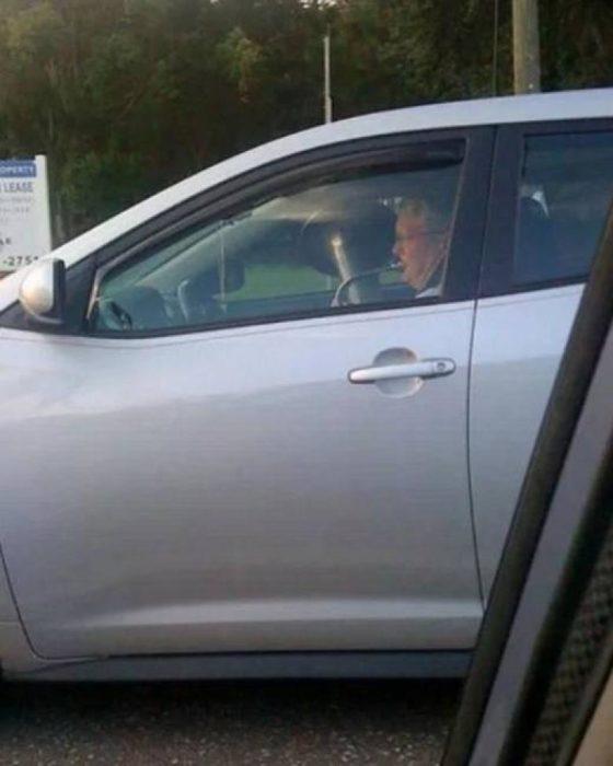 hombre conduciendo y tocando la trompeta