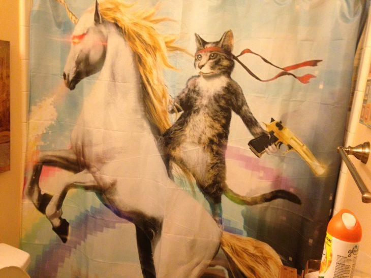 gato en un caballo