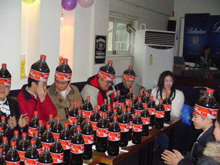 Fiesta con gorro de Coca Cola