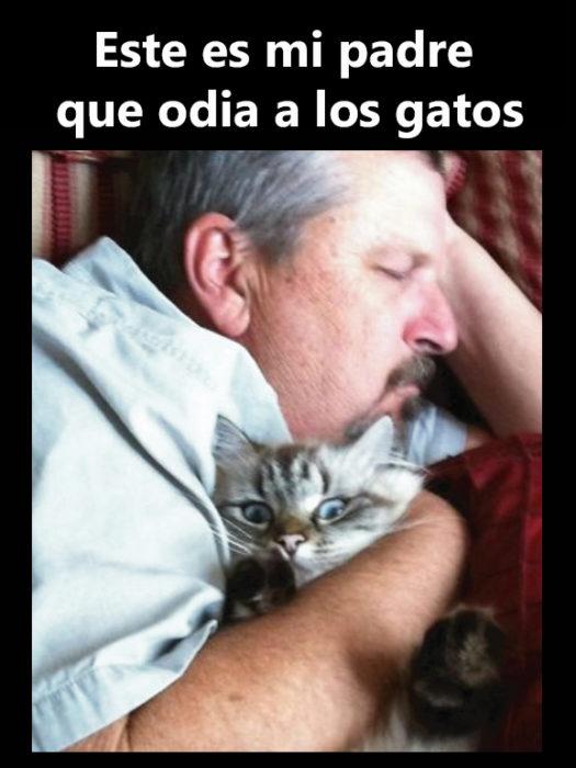 Hombre abrazando gato