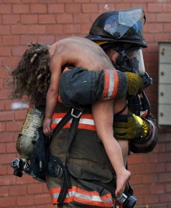 Bombero salva a niño incendio