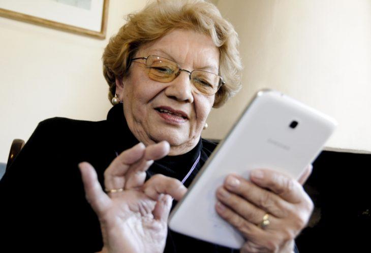 señora picándole al celular