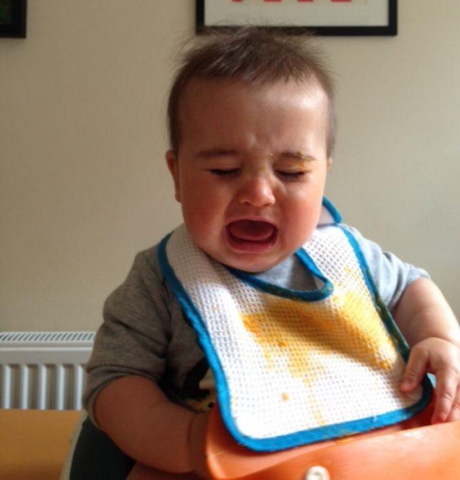 bebé babero comida llanto