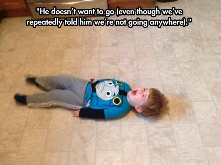 niño tirado en el piso berrinche
