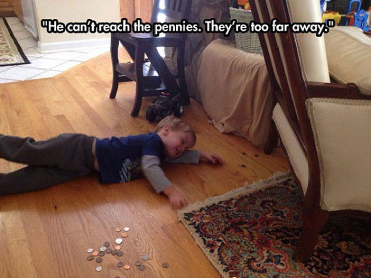 niño no alcanza las monedas llorando