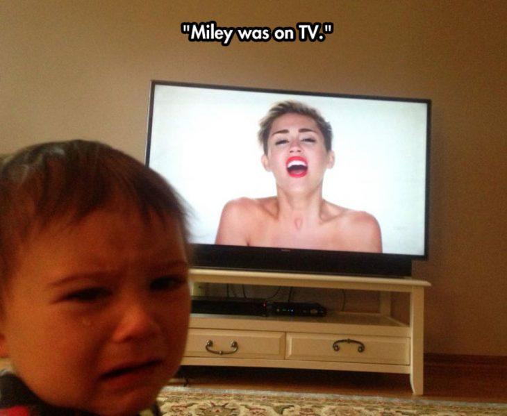 niño llora por miley cyrus