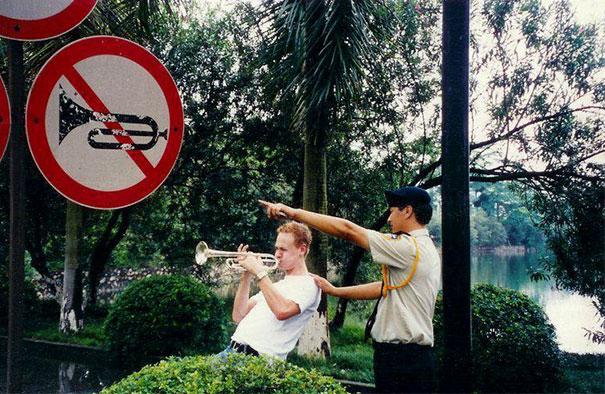 hombre tocando la trompeta