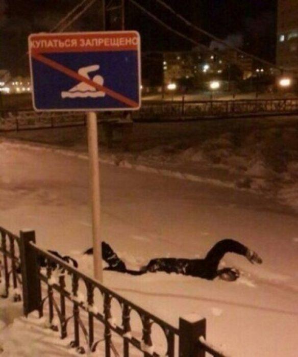 Hombre nadando en la nieve