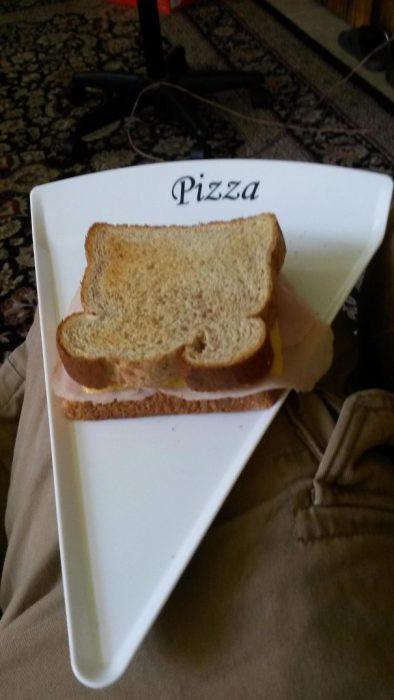 sándwich en plato de pizza