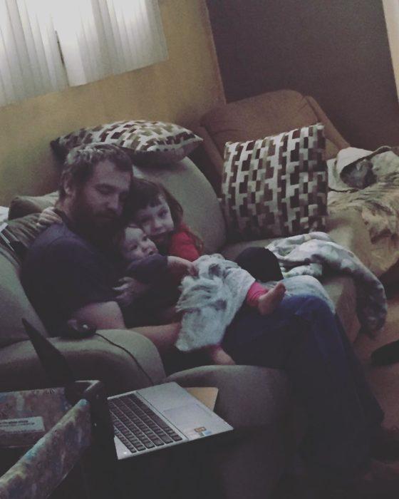 papa abrazando hijos
