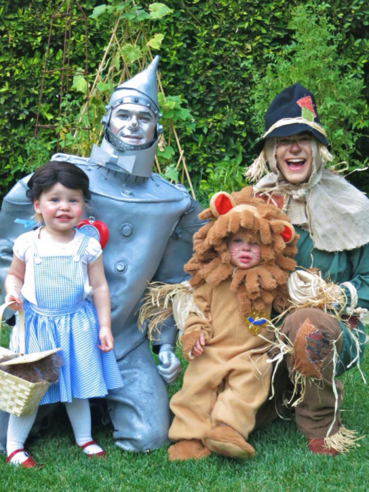Neil y familia disfrazados de el mago de oz