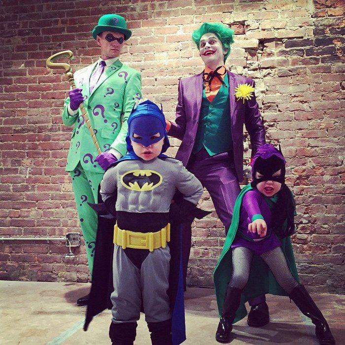 Neil y familia disfrazados de batman