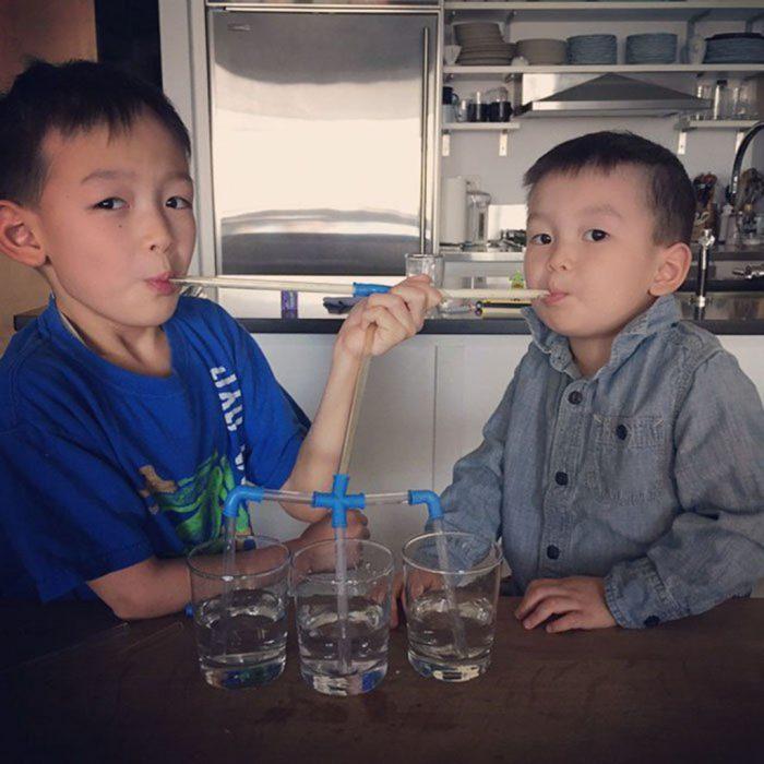 niños tomando agua