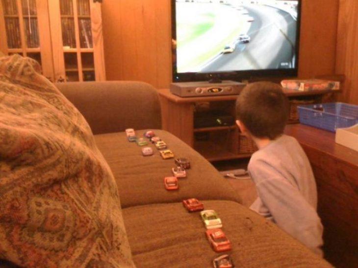 Niño aprendiendo los movimientos de F1
