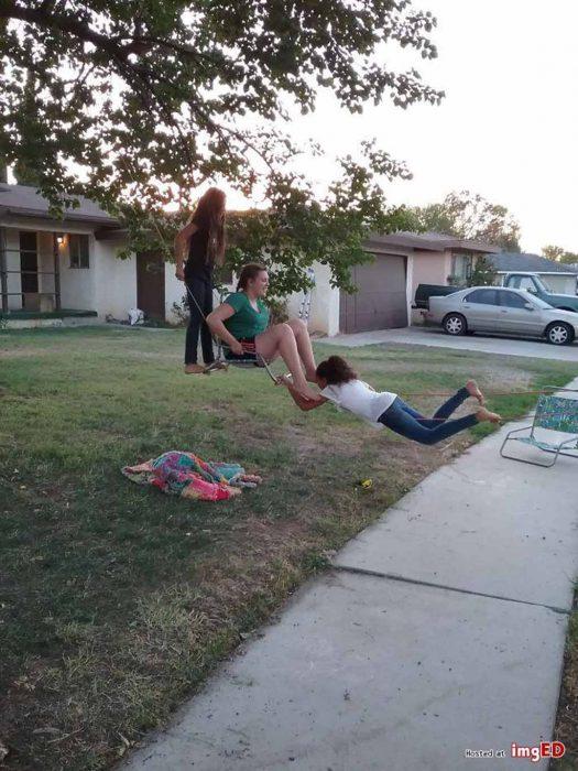 tres niñas, un columpio