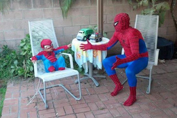 papá e hijo spiderman
