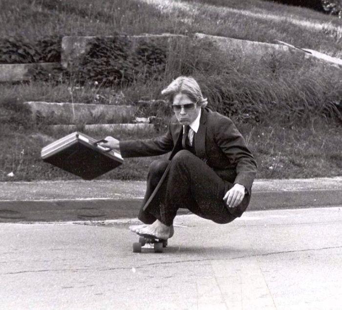 Padres cool en patineta al trabajo