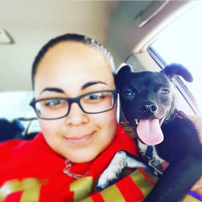 mujer con perrito en el auto