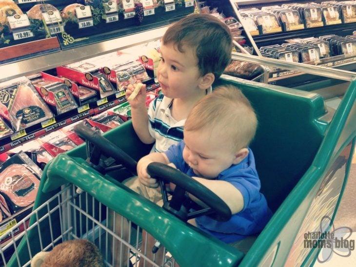 Niños en carrito en tienda