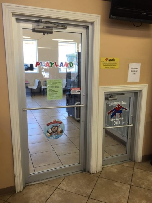 puerta para niños en tienda