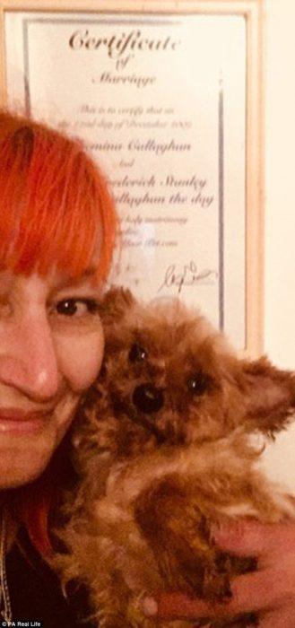 mujer casada con su perro