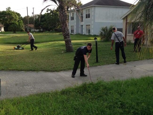 Bomberos cortando el pasto