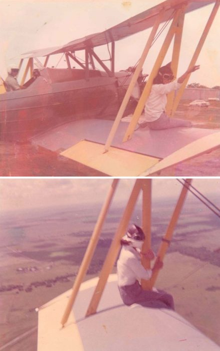 abuela en un ala de avión
