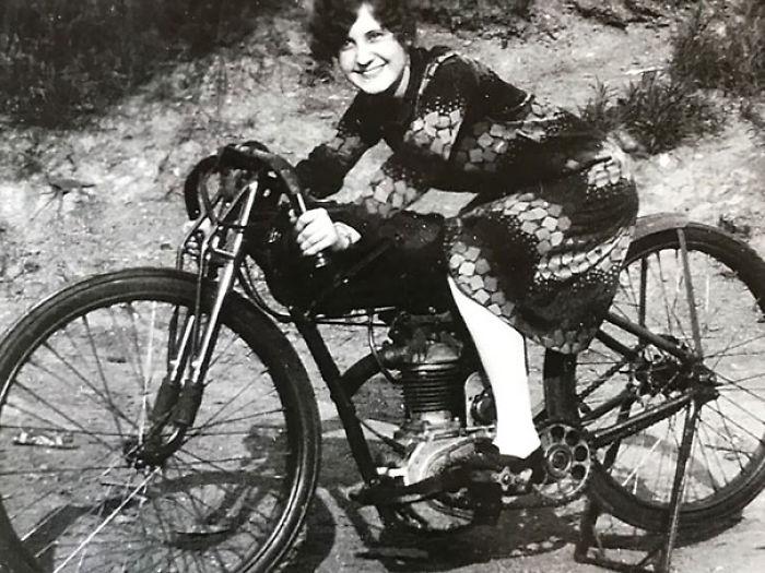 abuela en su moto