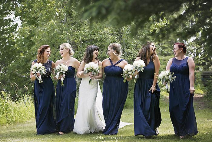 novia y damas caminando