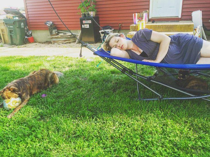 mujer dormida en el patio