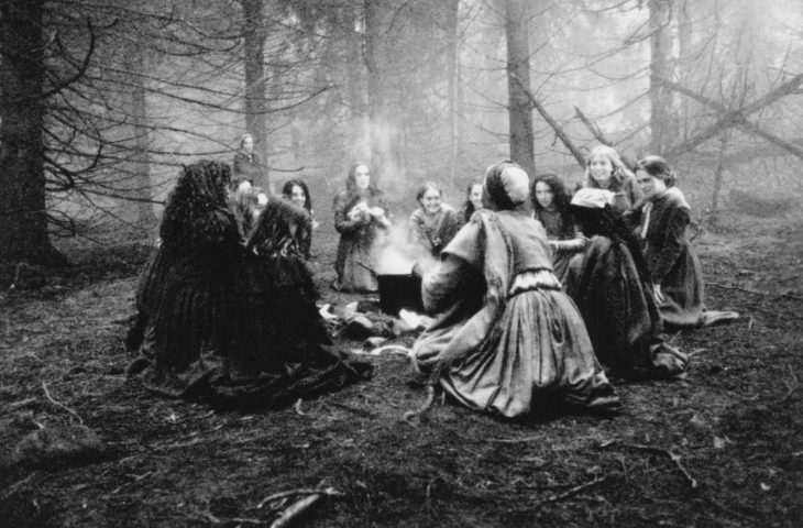 foto mujeres en fogata