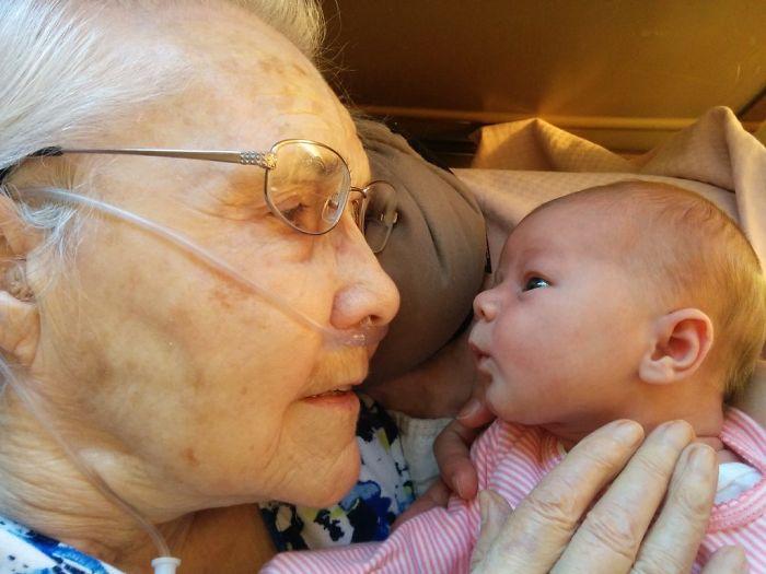Abuela de 92 años con nieto de 2 días
