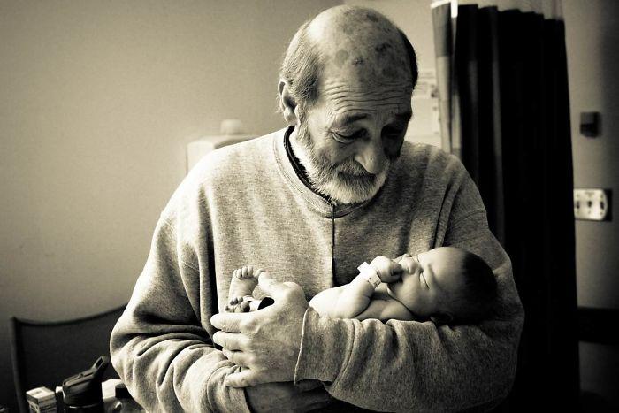 Abuelo conociendo a su primer nieto