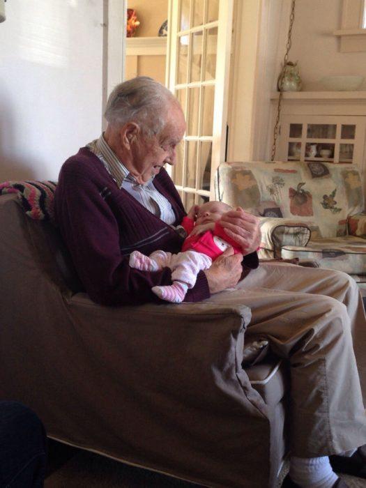 bisabuelo cargando a bisnieta