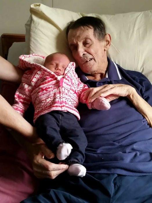 abuelo conoció a su nieto