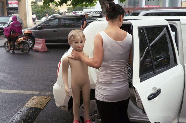 mujer ahorcando a niño