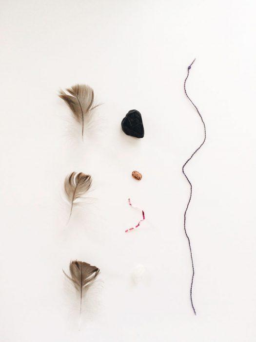 plumas y piedra