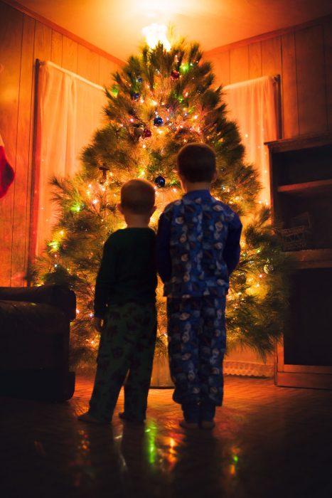 Montaje fotografía profesional navideña en casa decoración árbol luces