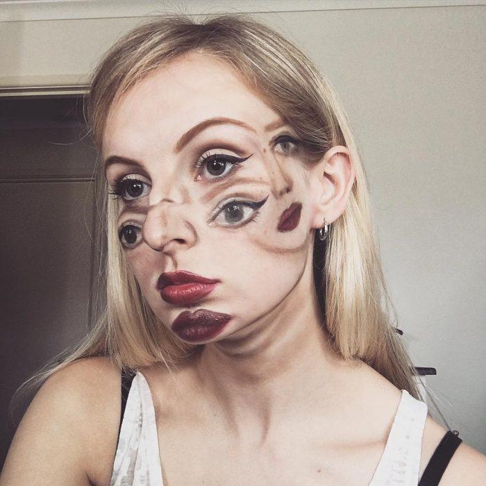 Mujer hace un disfraz maquilla como la mujer maravilla