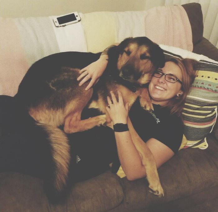 perro y dueña abrazados