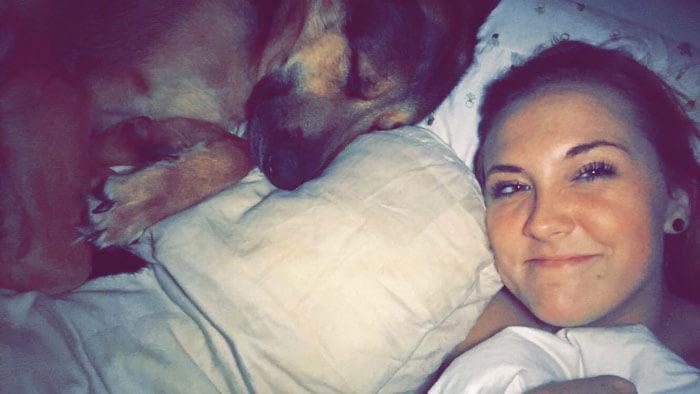mujer y perro dormido