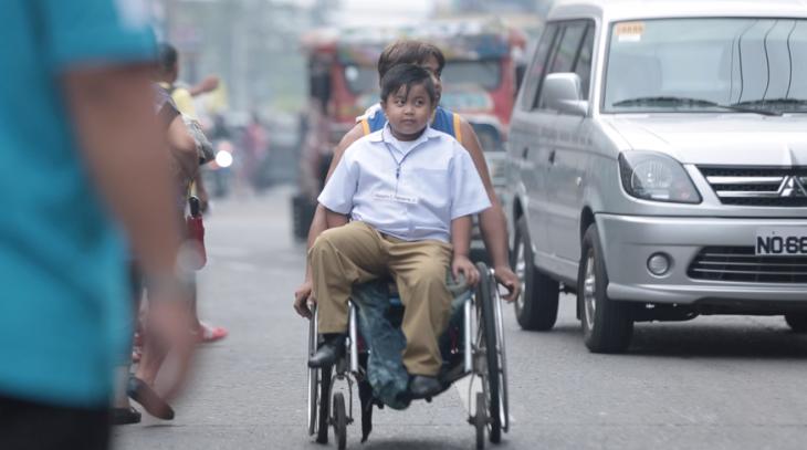 niño silla de ruedas